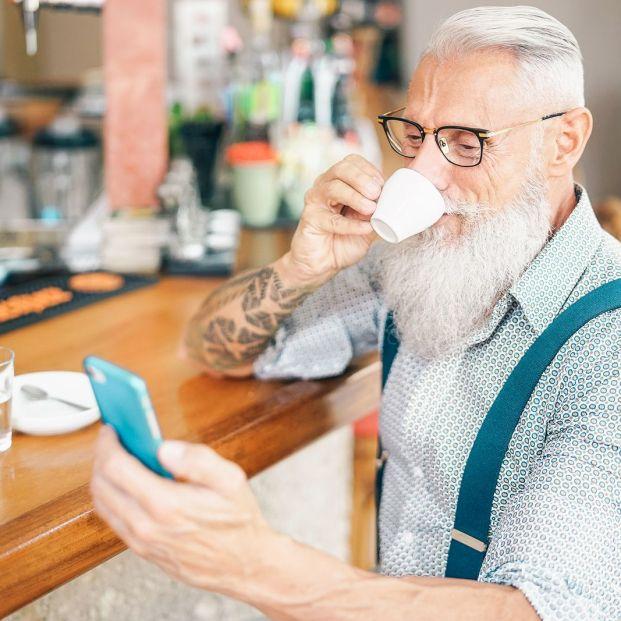 Hombre mayor luciendo tatuaje