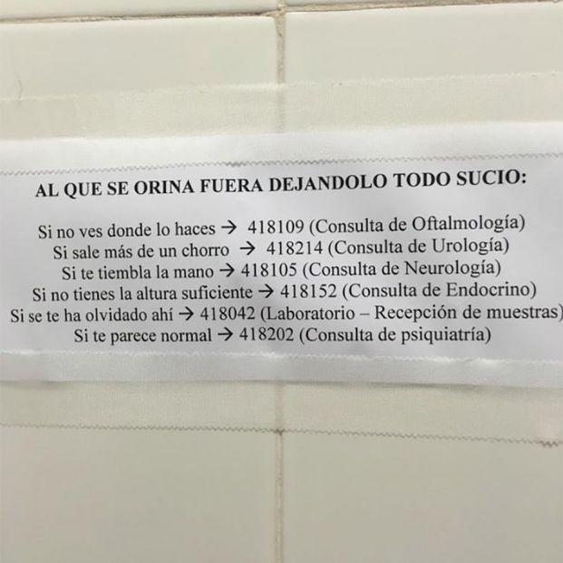 El ingenioso cartel del baño de un hospital para los que orinan fuera del inodoro