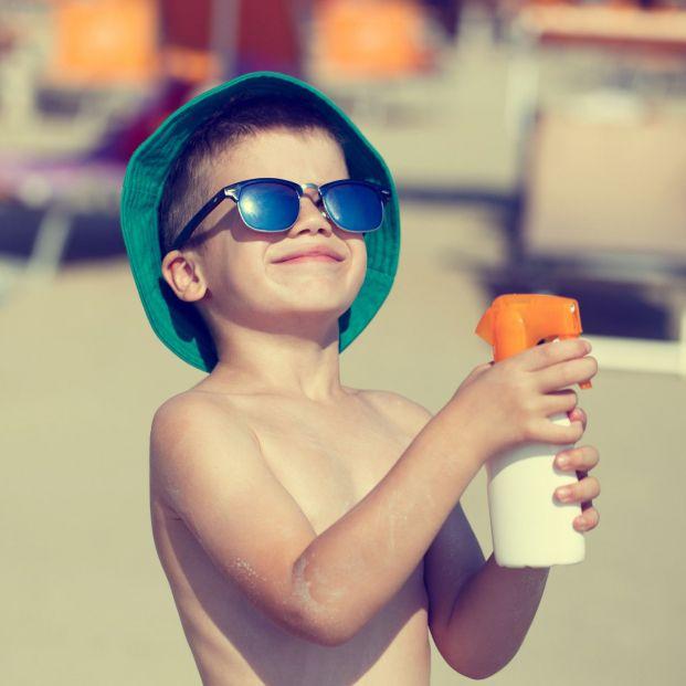 Sanidad retira dos cremas solares denunciadas por la OCU