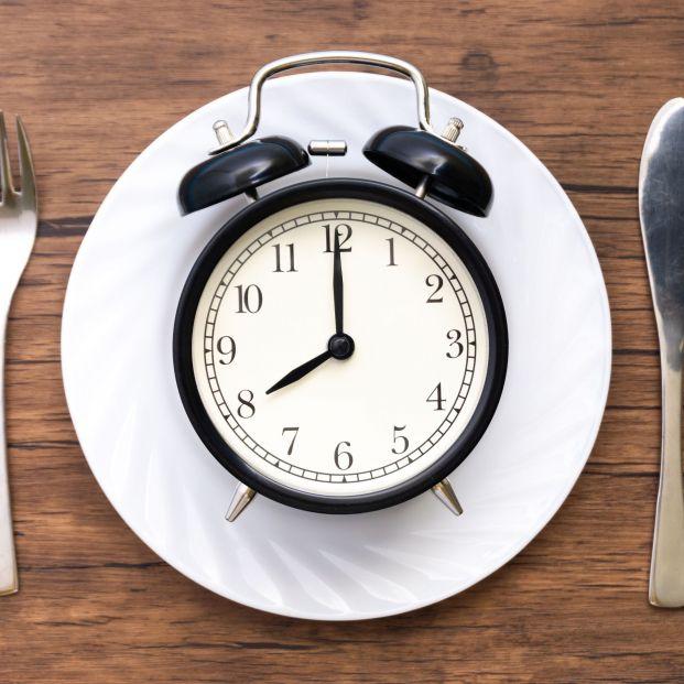 Cenar pronto reduce el riesgo de cáncer de mama y próstata
