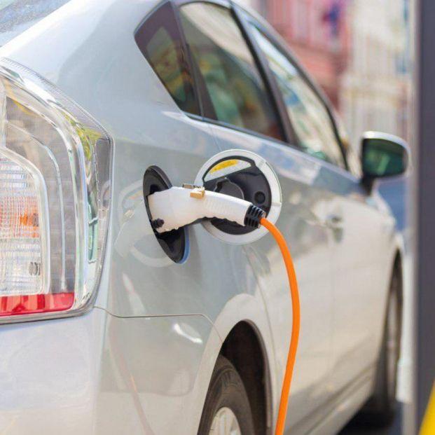 Comprar un coche eléctrico supone un ahorro de al menos 9.000 euros en 11 años de uso, según OCU