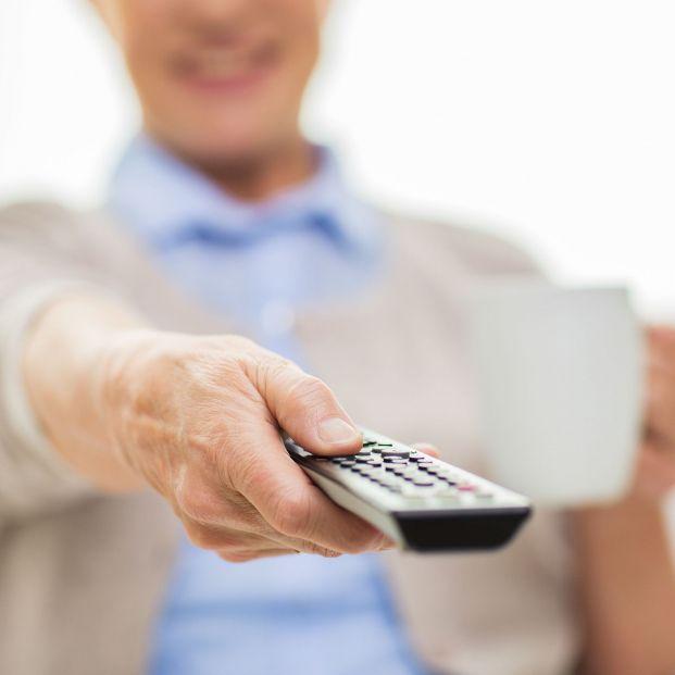 Los mayores de 64 años ven la televisión cerca de 6 horas al día