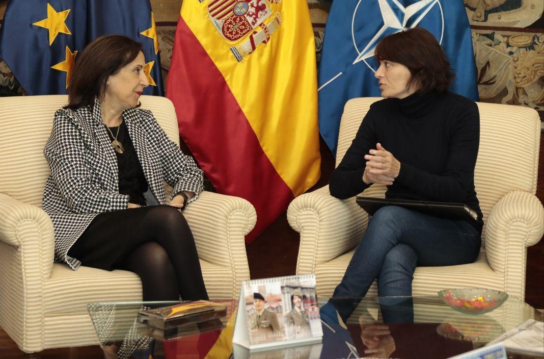 Lucía Llano entrevistándose con Margarita Robles, ministra de Defensa