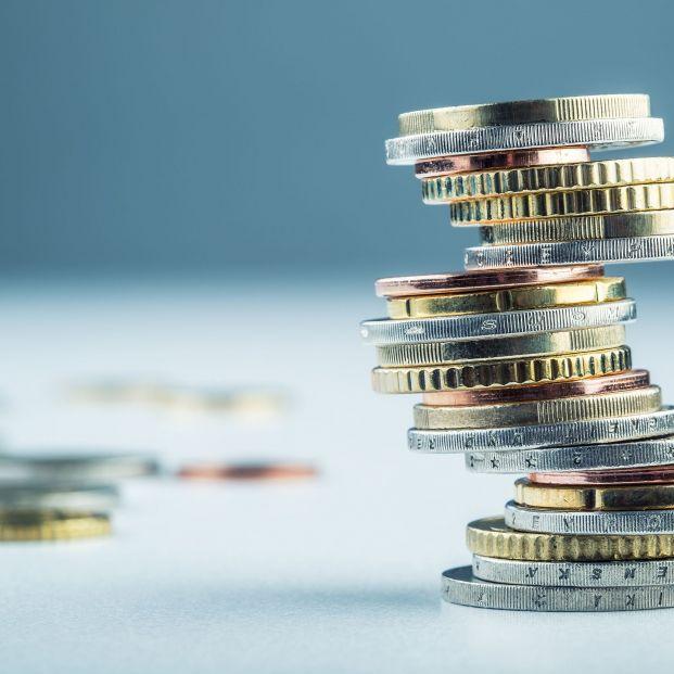 Monedas de euro en frágil equilibrio.