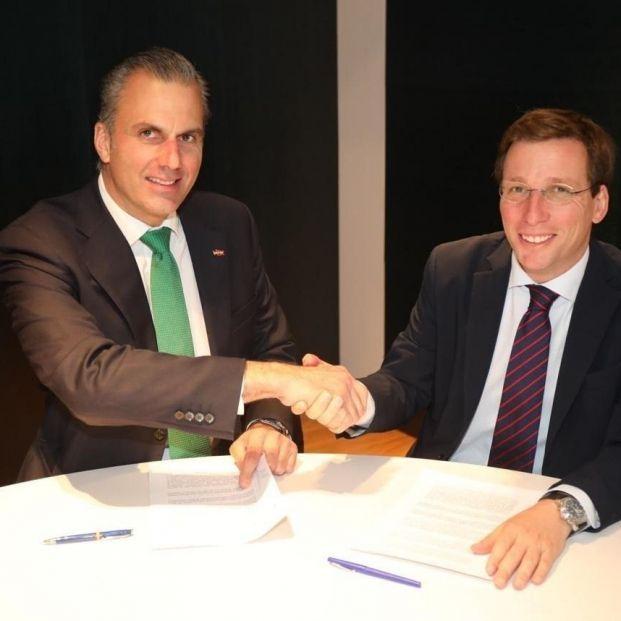 El candidato de Vox Javier Ortega Smith junto al nuevo alcalde de Madrid José Luis Martínez Almeida tras firmar un pacto para apoyarle como regidor en la sesión de investidura