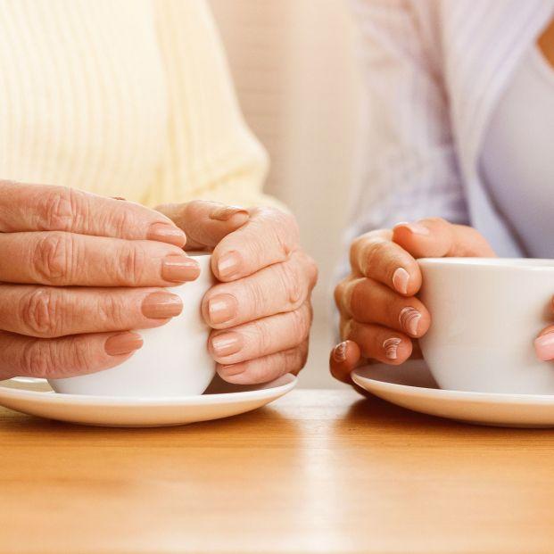 El consumo habitual de café, asociado con un menor riesgo de caídas en personas mayores