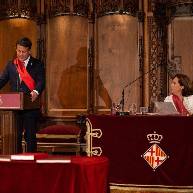 El concejal de BCN Canvi Cs Manuel Valls y la alcaldesa de Barcelona Ada Colau en el pleno de constitución del Ayuntamiento