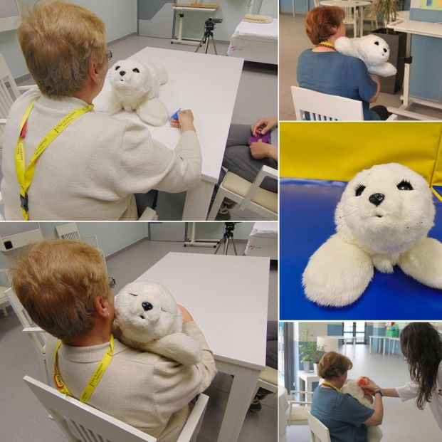Pacientes con alzhéimer con un animal robótico (www.crealzheimer.es)