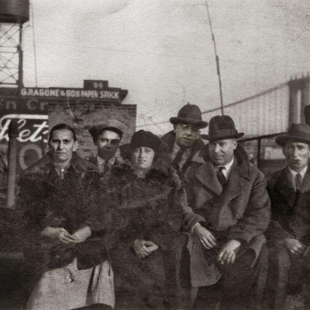 NuevaYork. Herminia Guerra y Andrés Sánchez, en el centro, con parientes gallegos recién llegados, en una azotea de la ciudad