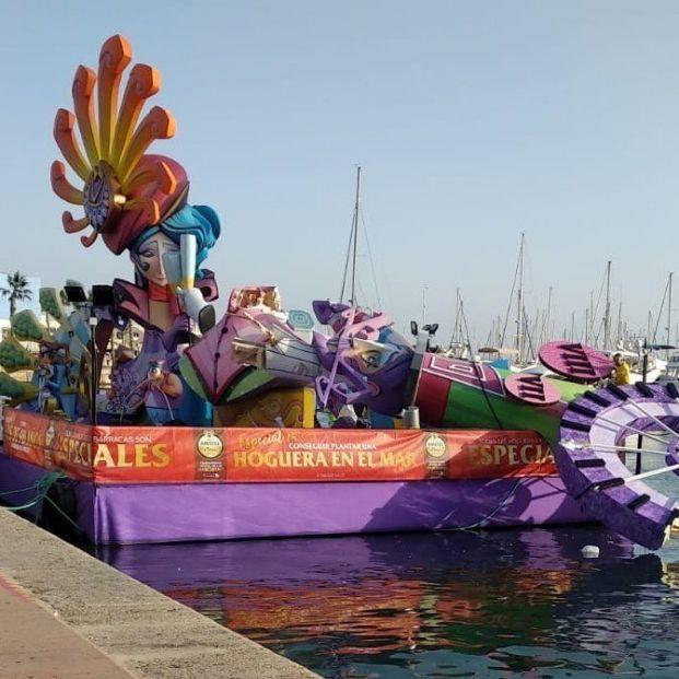 Lágrimas en Port d'Alacant tras desplomarse y caer al mar el remate de la hoguera