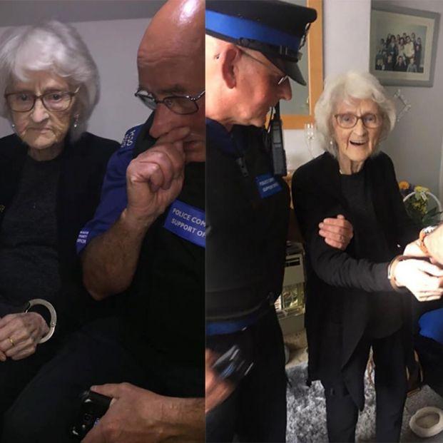 Una mujer de 93 años cumple su último deseo de ser arrestada
