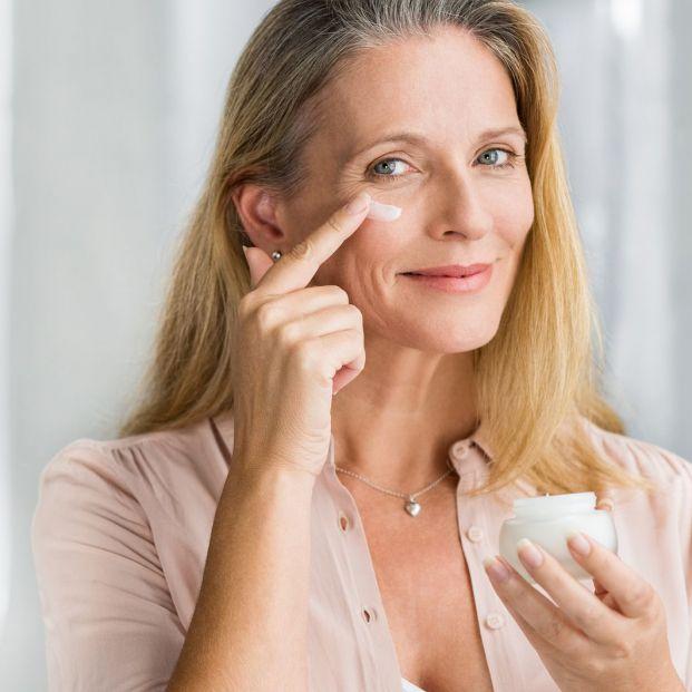 Hidratar la piel por la mañana y nutrirla por la noche