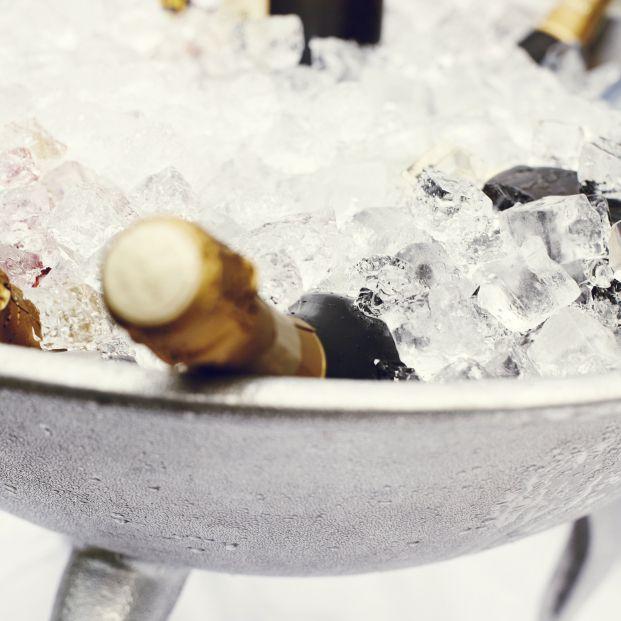 Bebidas sumergidas en agua, sal y hielo