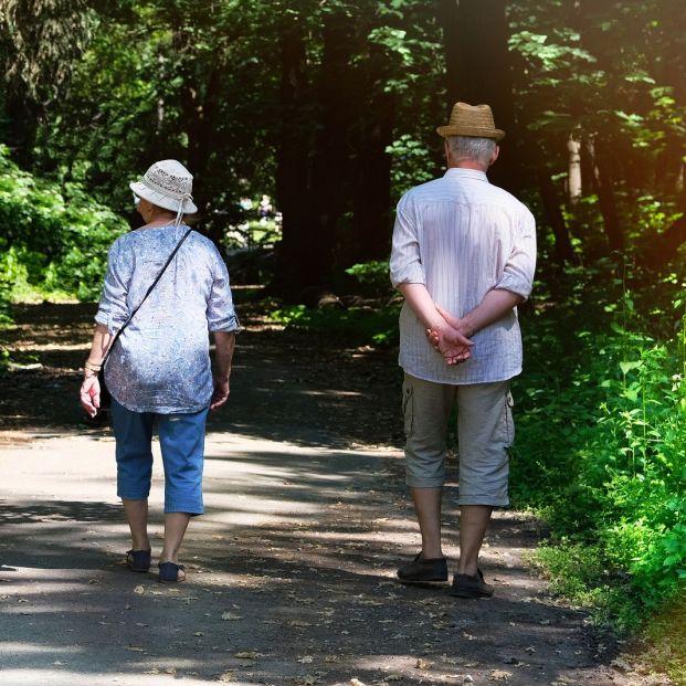 Un estudio confirma que caminar al menos media hora al día después de un infarto prolonga la vida
