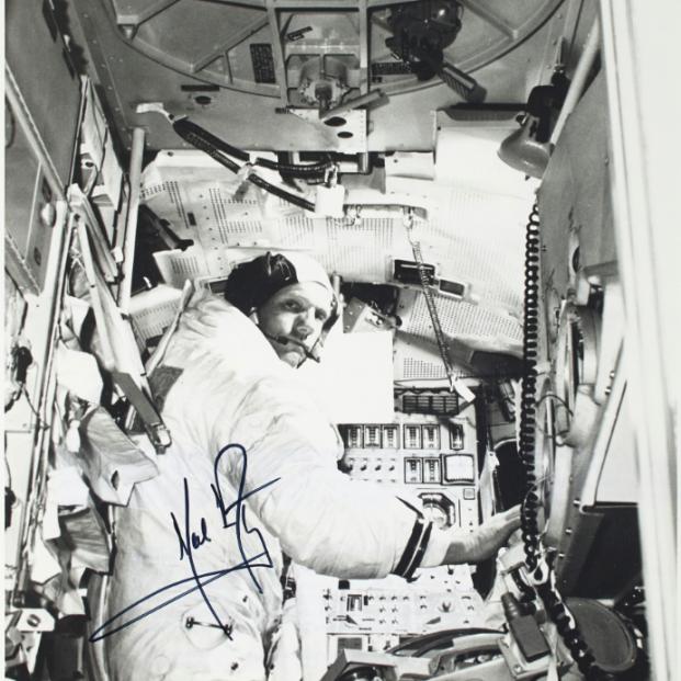 Un libro con anotaciones de Neil Armstrong y restos de polvo lunar sale a subasta
