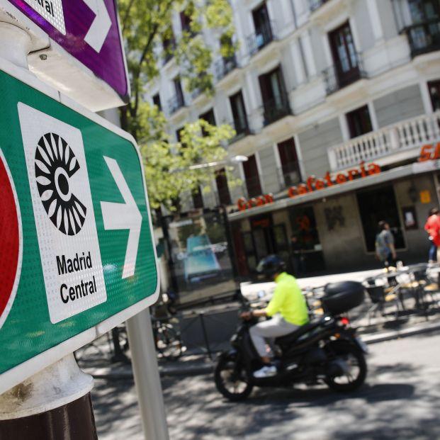 Señal de tráfico de Madrid Central con la indicación de 'Circulación Prohibida Excepto Autorizados'