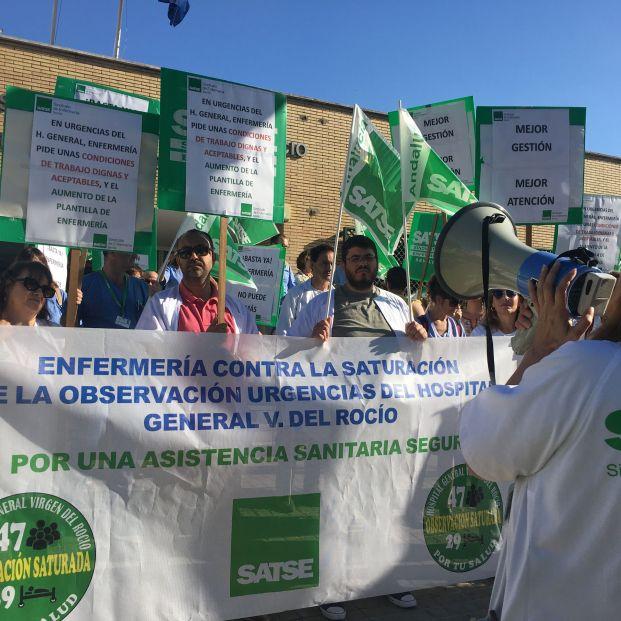 Protestas de los profesionales del Hospital Virgen del Rocío contra la saturación en la urgencias