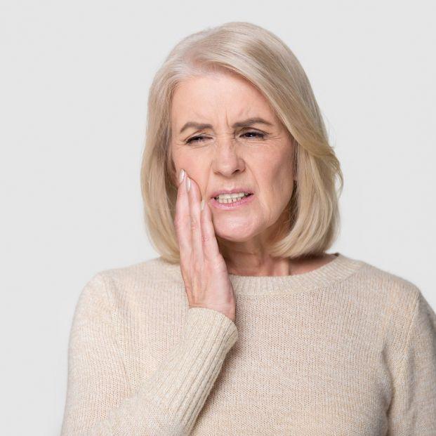 Mujer con problemas con las muelas del juicio