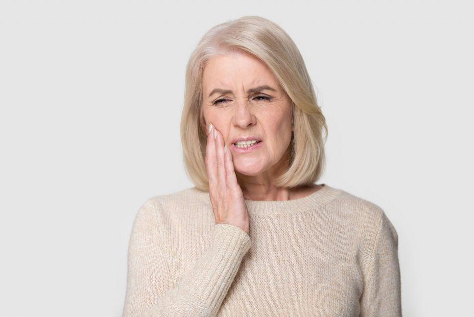 Donna con problemi con i denti del giudizio