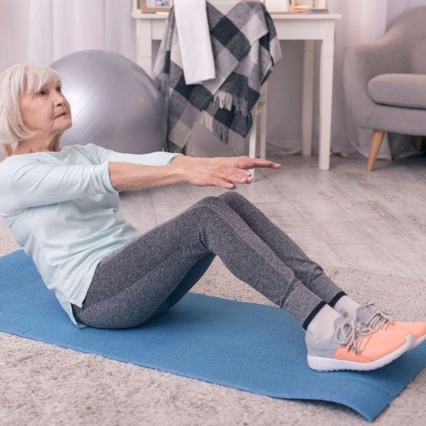Mujer entrenando abdominales