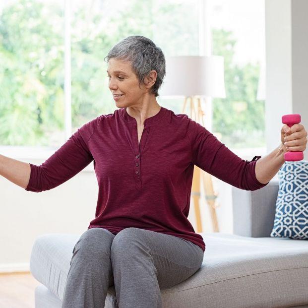Mujer haciendo ejercicios de fisioterapia en casa