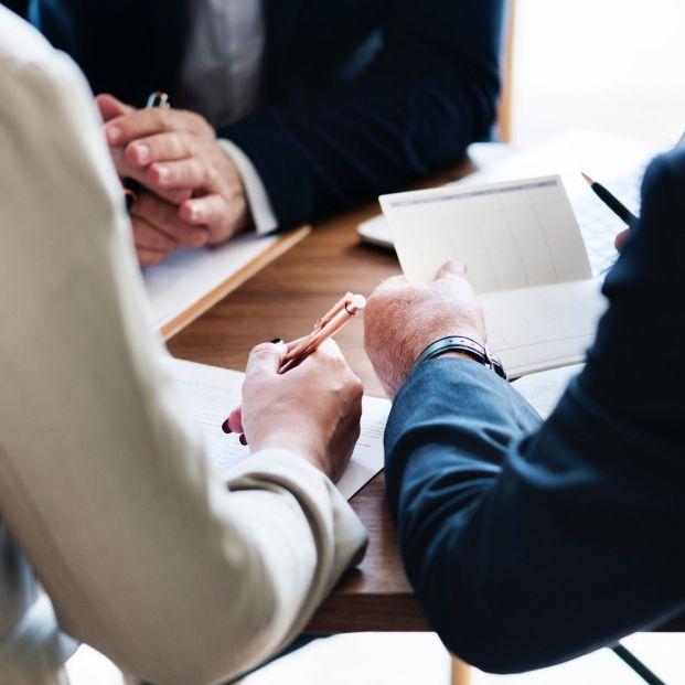 Cómo y cuándo otorgar poderes notariales a tus hijos