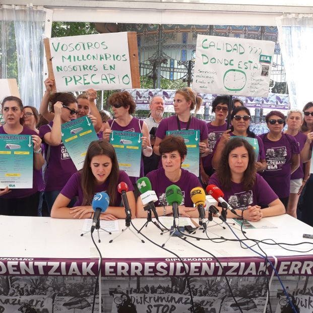 Trabajadoras de residencias de Guipúzcoa en huelga inician una acampada de dos días en San Sebastián