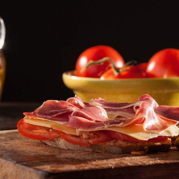¿Cómo se prepara el auténtico pa amb oli de Mallorca  (big stock)