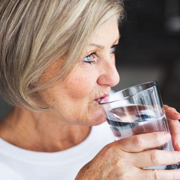 Cuáles son los factores de riesgo de deshidratación en personas mayores