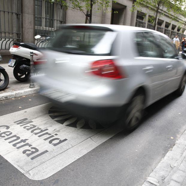 Un coche atraviesa una de las vías que componen Madrid Central