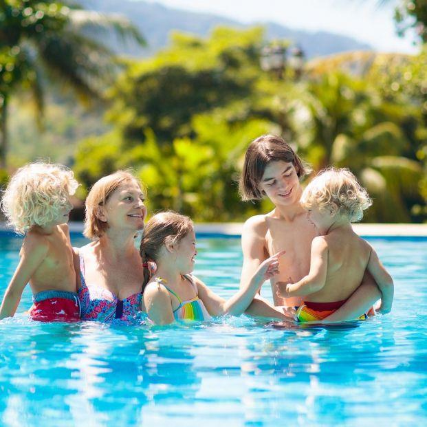 Consejos de seguridad si vas con tus nietos a la piscina o la playa