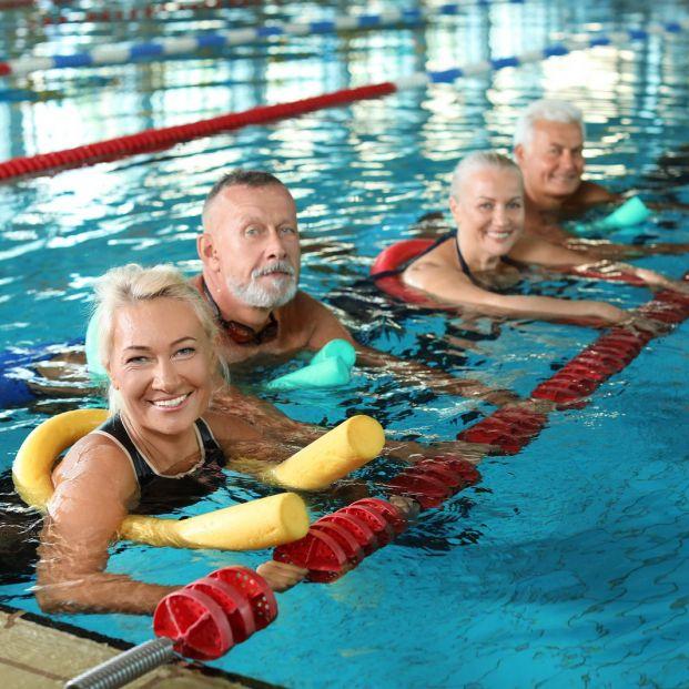 Ejercicios que los mayores pueden hacer en la piscina para mejorar las salud de sus rodillas