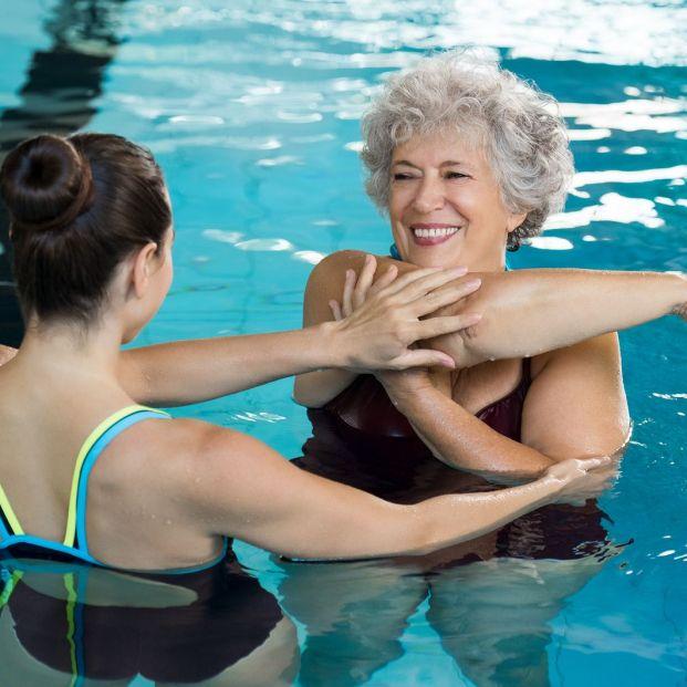 Ejercicios que los mayores pueden hacer en la piscina para trabajar los brazos