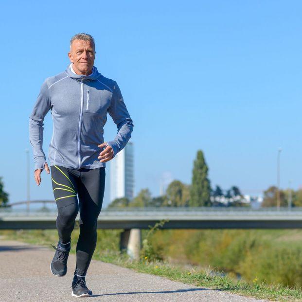 ¿El pie de atleta solo afecta a jóvenes deportistas o también a adultos mayores?