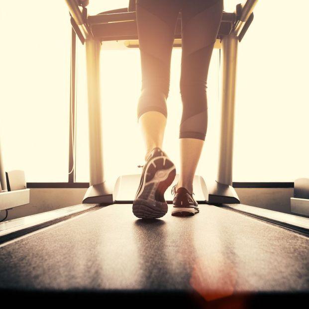 Cuida de tu cuerpo de la mano de estos ejercicios para principantes en el gimnasio (big stock)