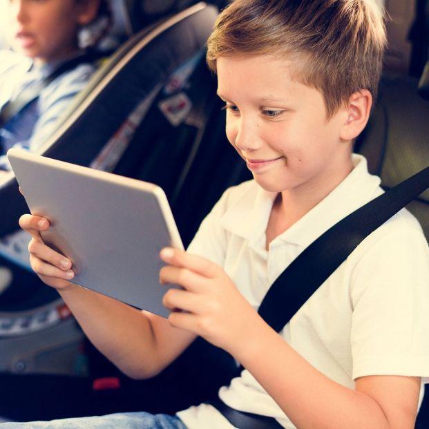 Si viajas con tus nietos, estos dispositivos les entretendrá (y tú estarás más tranquilo)