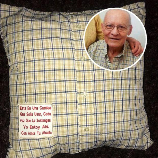 Una abuela regala a sus nietos cojines con las camisas de su marido fallecido