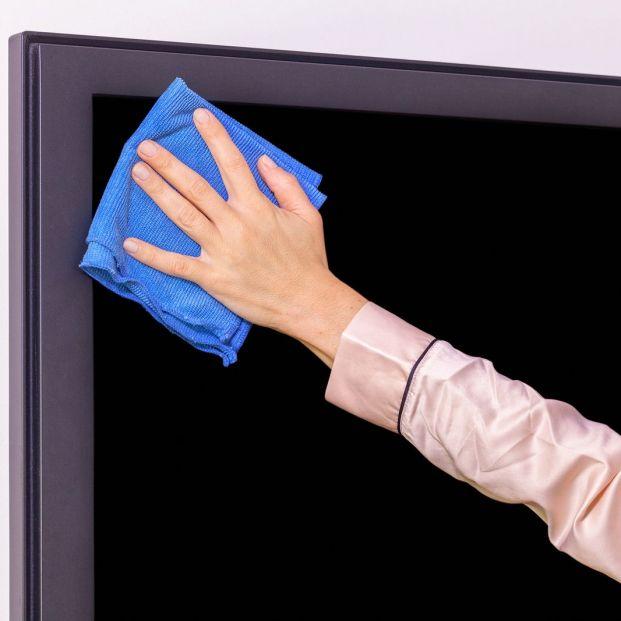 Cómo se deben limpiar las pantallas de los dispositivos digitales móviles, tabletas, televisiones