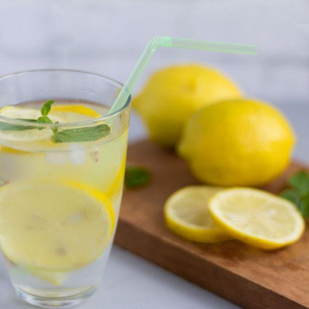 ¿Realmente es beneficioso para una persona mayor beber agua con limón por las mañanas?