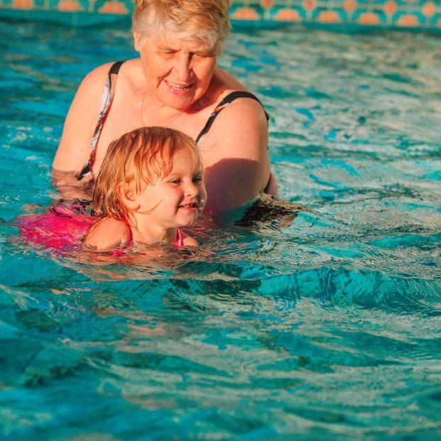 Enseñar a nadar a tu nieto