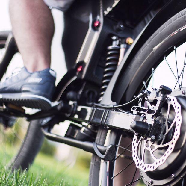 Bicicletas eléctricas: hombre pedaleando (BigStock)