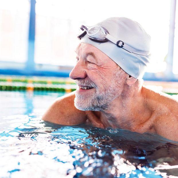 Estos son los típicos errores que cometen las personas mayores al nadar