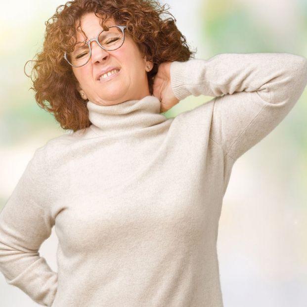 Malas posturas que pueden causar dolor cervical en las mujeres mayores