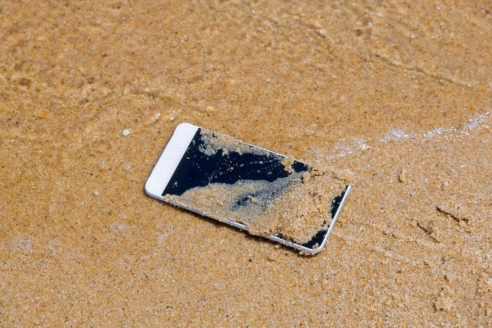 deb349c6053 Te damos los motivos por los que llevar el móvil a la playa no siempre es