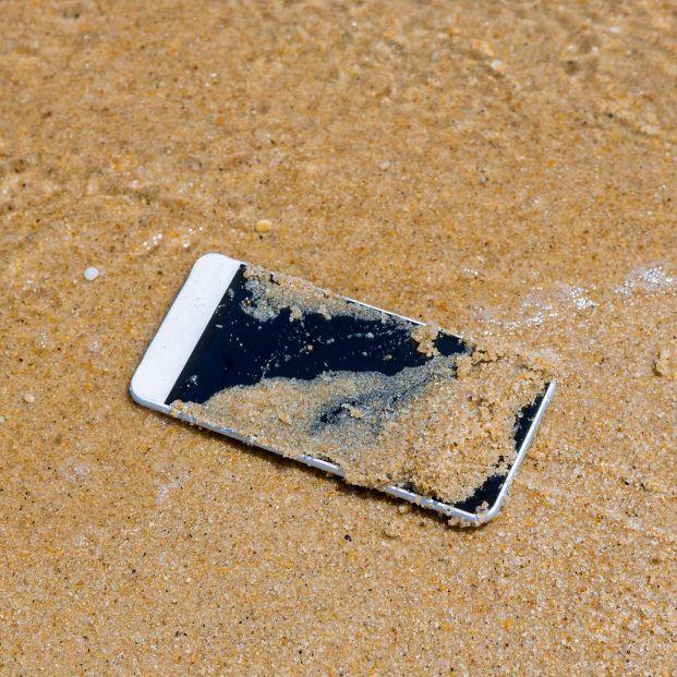 ¿Qué ocurre si entra arena en el móvil y cómo solucionarlo?