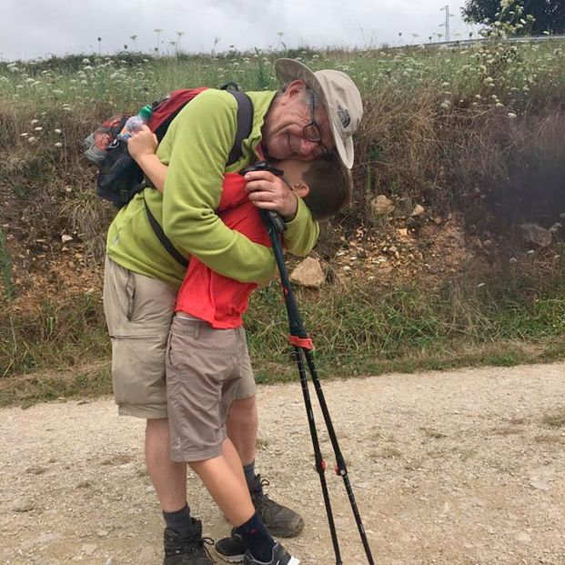 Hace el Camino de Santiago con su nieto como terapia contra el TDH