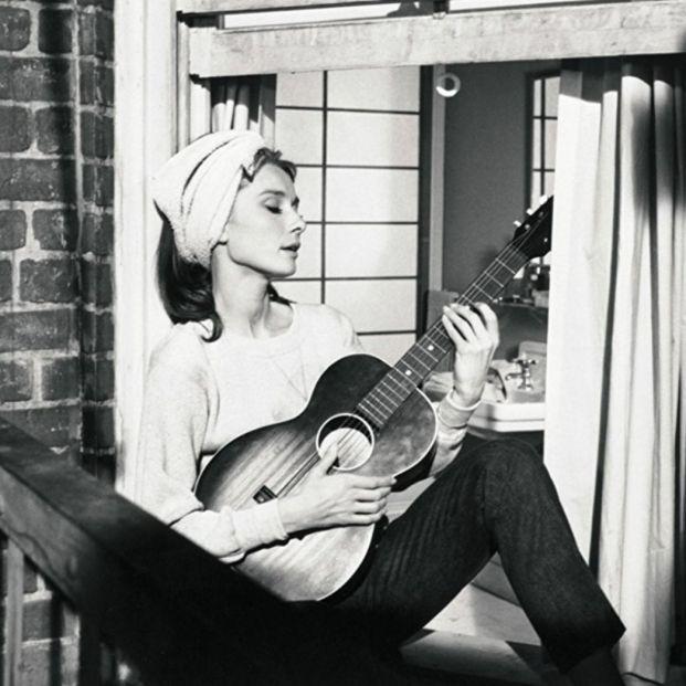 Beberse la vida y otros libros sobre las estrellas del cine: Audrey Hepburn en 'Desayuno con Diamantes' (1961) (Paramount Pictures)