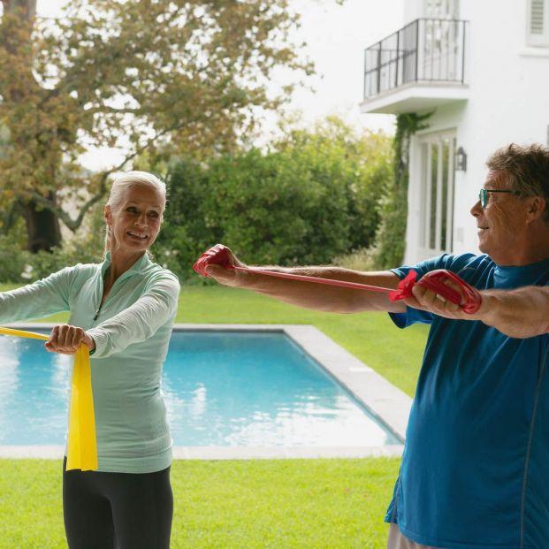 Tres maneras de ponerse en forma para mayores sin salir de casa