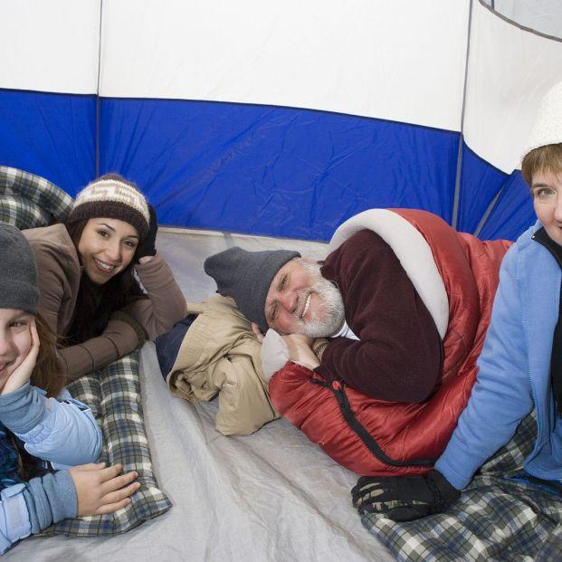 Acampada con nietos (Bigstock)
