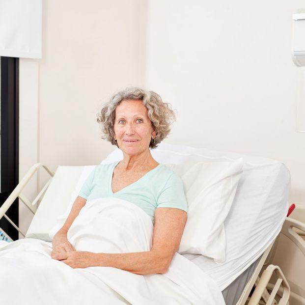 Mujer en una cama articulada